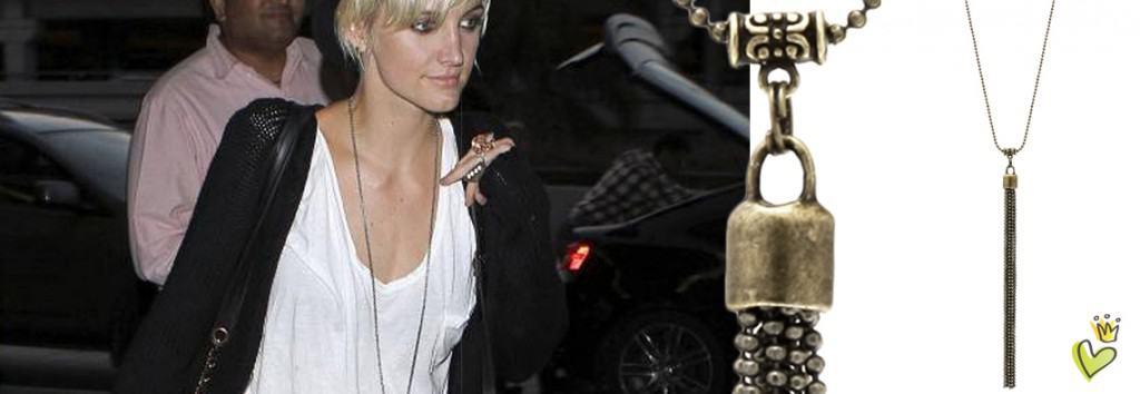Die Schauspielerin Ashlee Simpson trägt auf dem Weg von Los Angeles nach New York am LAX Flughafen zu Ihrem lässigen Outfit mit Shorts und Hut eine bronzefarbene Kette mit einem Quastenanhänger. Die lange Kugelkette ist top aktuell und lässt sich sehr schön mit Casual-Freizeitbekleidung kombinieren. © Image Bullspress