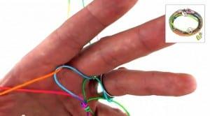 Video Anleitung Scoubidou Armband Schritt 2