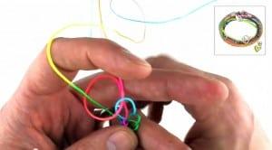 Video Anleitung Scoubidou Armband Schritt 3
