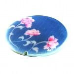 bspw. eine Perlmuttperle mit Blumenmuster