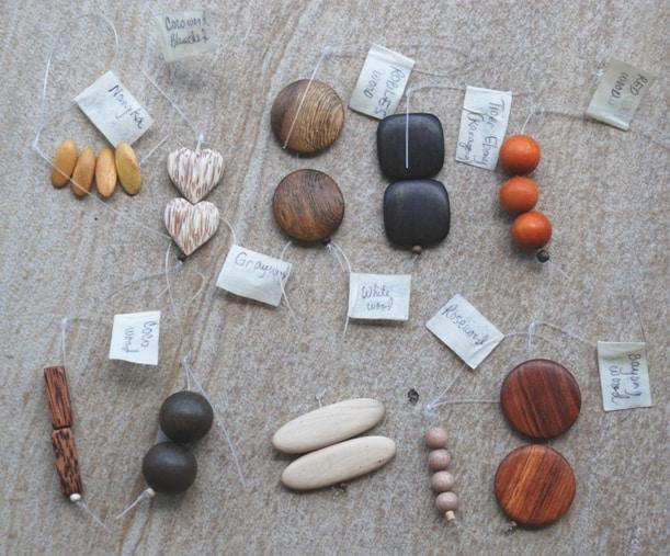 1. Nangkawood (safrangelb), 2. bleached Palmwood (hell gemasert), 3. Roblesswood (kupferfarben), 4. Tiger Ebonywood (dunkelbraun), 5. Redwood (honigfarben), 6. Palmwood (dunkelbraun gemasert), 7. Greywood (walnussbraun), 8. Whitewood (creme-weiß oder naturweiß gebleicht), 9. Rosewood (rötlich hellbraun), 10. Bayongwood (mittelbraun)