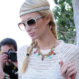 Die Amerikanische Hotelerbin Paris Hilton verlässt ihr Büro in Berverly Hills, Kalifornien. Ihren creme weissen Crochet Pullover kombiniert Sie mit einer Halskette in Gold- und Pastelltönen. © Image Bullspress
