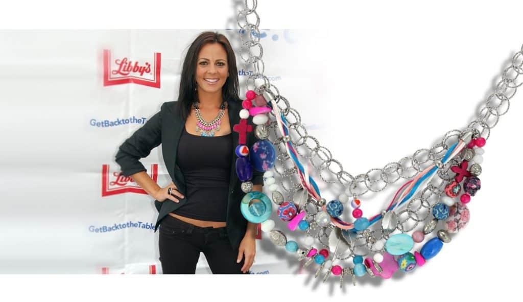 Die US-amerikanische Country Sängerin Sara Evans trägt als Gast-Jurymitglied einer Kochshow in New York eine top-aktuelle Halskette in Silber- & Pastelltönen.